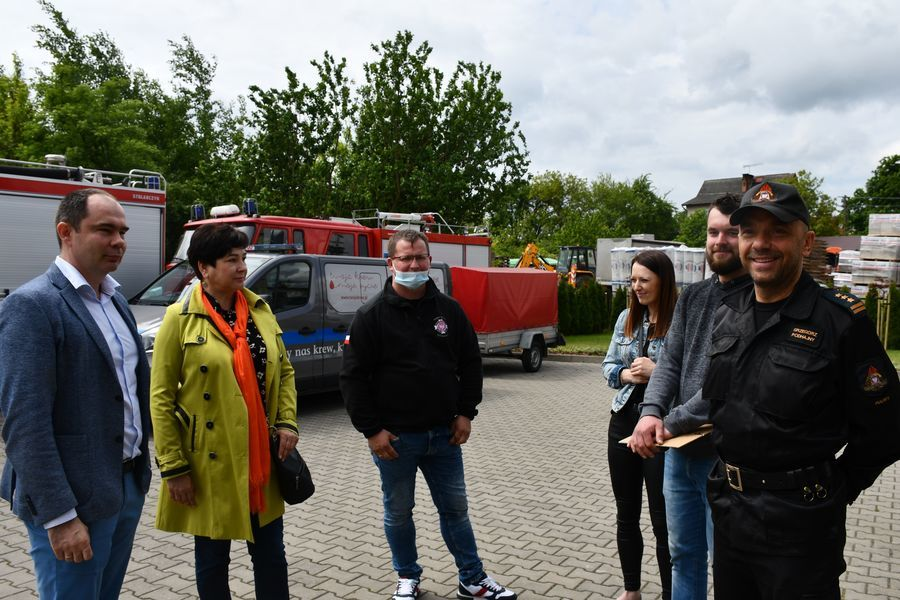 Starosta ze strażakami i mieszkańcami Końskowoli