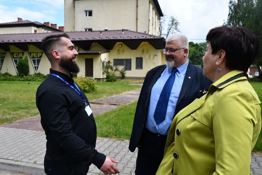 Starosta i czł. zarządu z księdzem z parafii MBR w Puławach