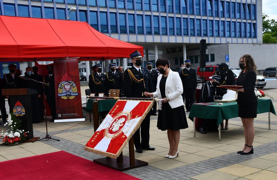 Nadanie sztandaru Komendzie Powiatowej Państwowej Straży Pożarnej w Puławach