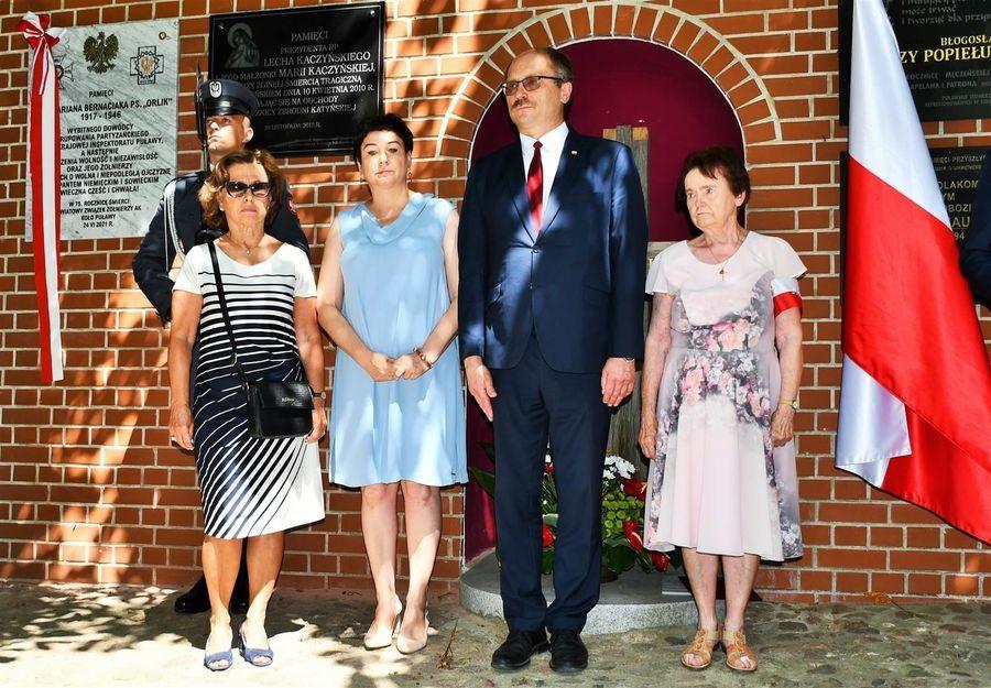 Przedstawiciele rodziny Orlika, poseł K. Szulowski, starosta D. Smaga