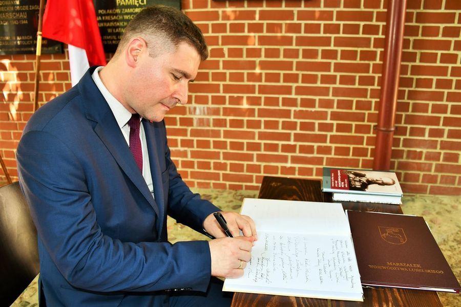 Wpis do księgi pamiątkowej - wiceprzewodniczący G. Kuna