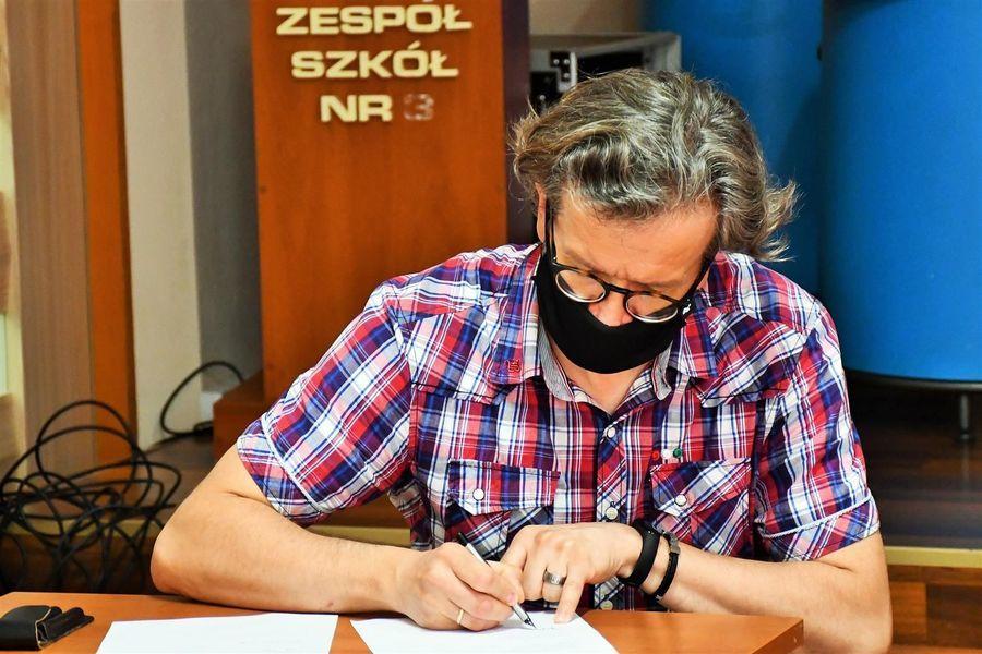 Podpisanie protokołu przekazania - dyrektor szkoły
