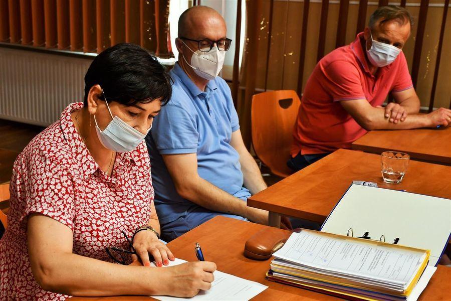 Podpisanie protokołu przekazania - starosta Danuta Smaga