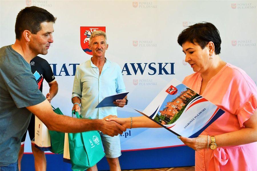 Starosta Danuta Smaga składa gratulacje Robertowi Kłopotowi
