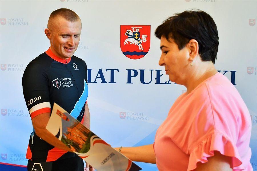 Starosta Danuta Smaga składa gratulacje Bartłomiejowi Kurysa