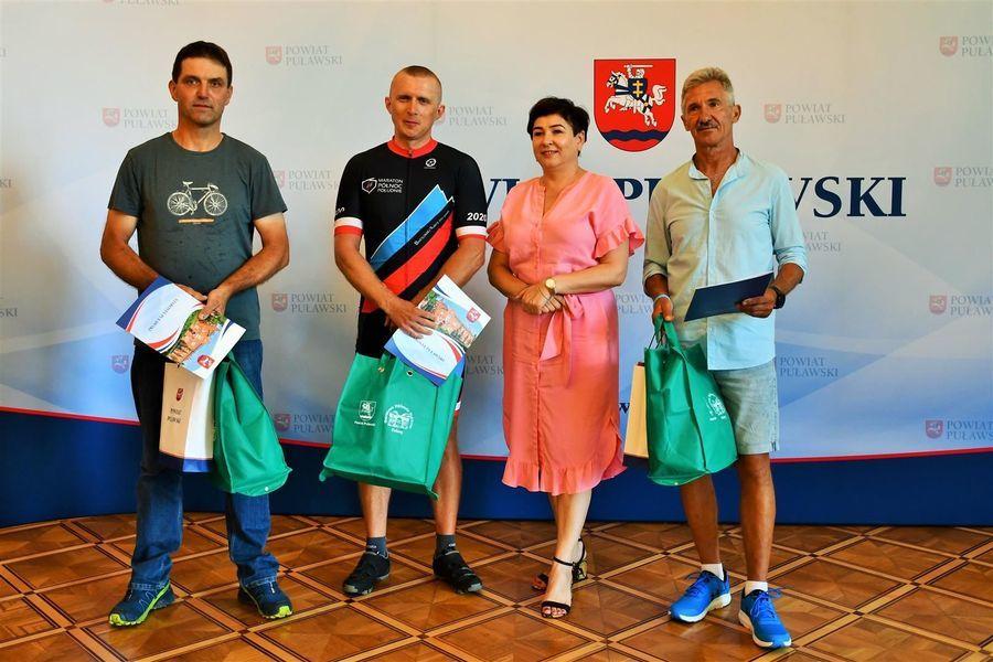 Puławscy laureaci Rowerowej Stolicy Polski ze starostą