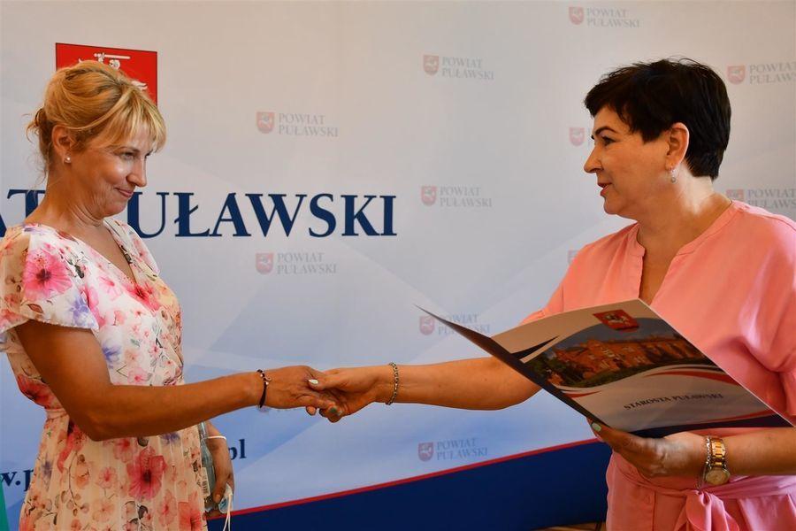 Starosta Danuta Smaga składa gratulacje Beacie Topolewskiej