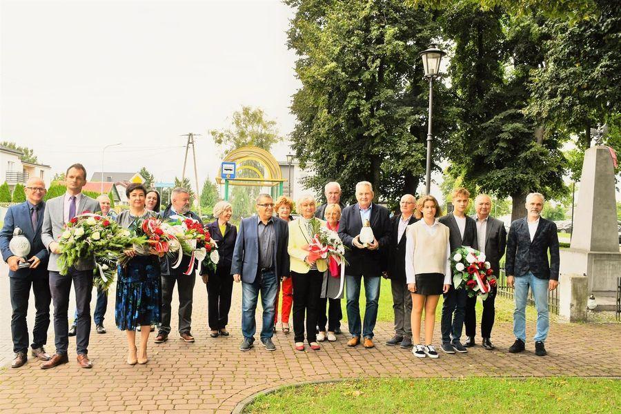 Społeczność gminy Puławy przy miejscu pamięci ofiar bombardowania