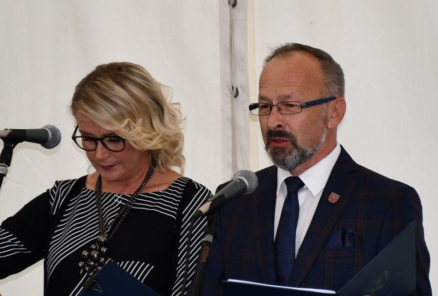 Otwarcie Domu Pomocy Społecznej w Żyrzynie - dyrektor E. Seredyn i wójt A. Bujek