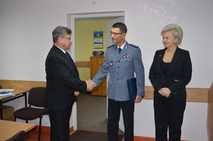 Samorząd powiatowy podziękował Komendantowi Markowi Tchórzowi za pracę