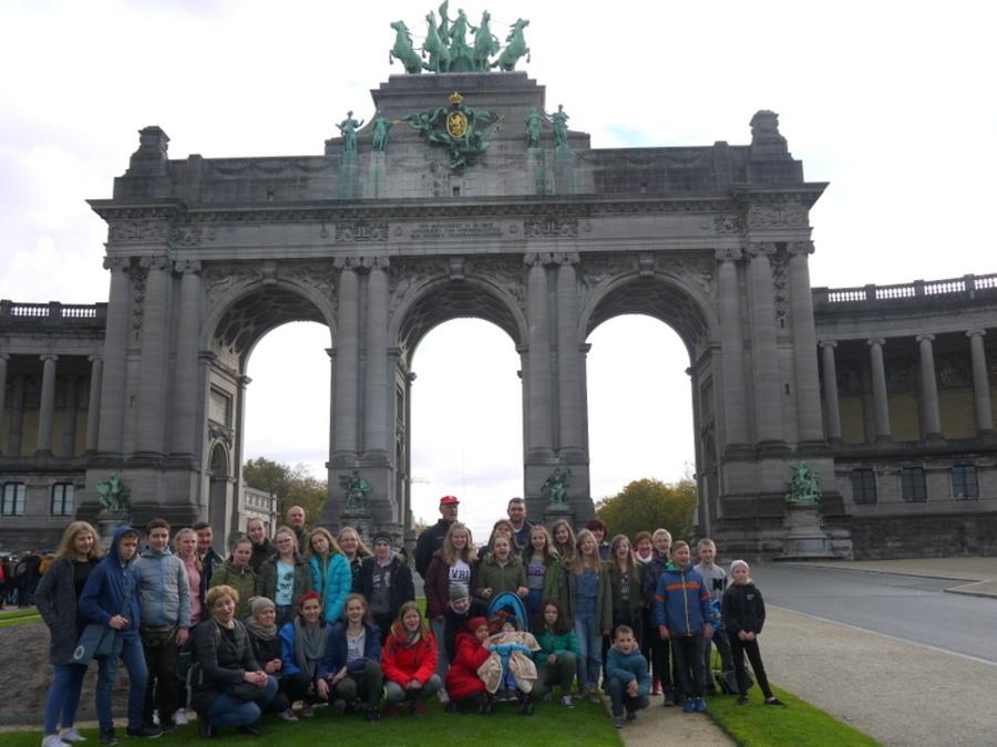 <p>Park du Cinquantenaire z 1880 r. z łukiem triumfalnym, Królewskim Muzeum Sił Zbrojnych i Historii Militarnej, Muzeum Sztuki i Historii oraz Muzeum Motoryzacji, powstał z okazji 50-lecia niepodległości Belgii. Król Leopold II zapragnął upiększyć stolicę. Początkowo tereny parku pełniły rolę pola manewrowego dla pokazów armii.Dziś park to 30 ha ogrodów, stawów i wodospadów.</p>