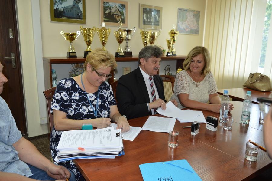 """Podpisanie umowy na realizację zadnia """"Budowa boisk wielofunkcyjnych w Zespole Szkół Zawodowych Nr 1"""