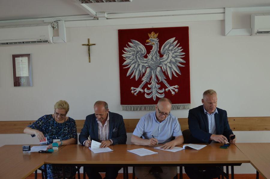 """Podpisanie umów na realizację  projektu pn """"Termomodernizacja budynków użyteczności publicznej stanowiących własność Powiatu Ryckiego"""" - termomodernizacja budynku szkoły ZSZ Nr 1 im. F.Kleberga w Dęblinie"""