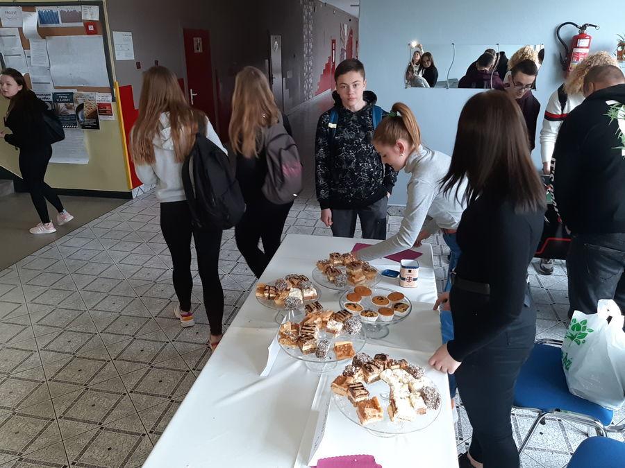 Uczniowie ZSZ nr 2 w Dęblinie wspierają dzieci z Domu Dziecka w Puławach