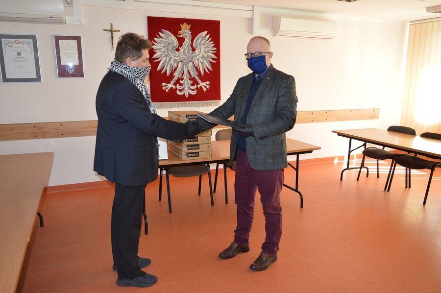 """""""Lubelskie wspiera uczniów"""" –przekazanie sprzętu w powiecie ryckim"""
