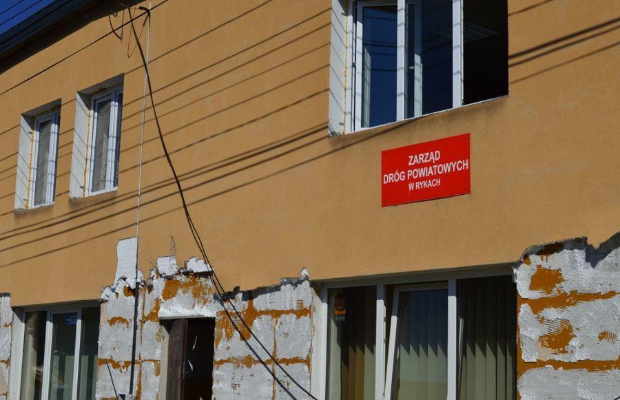 Trwają prace przy termomodernizacji  budynku Zarządu Dróg Powiatowych w Rykach