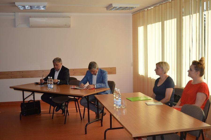 Na zdjęciu dwie siedzące kobiety i dwóch mężczyzn