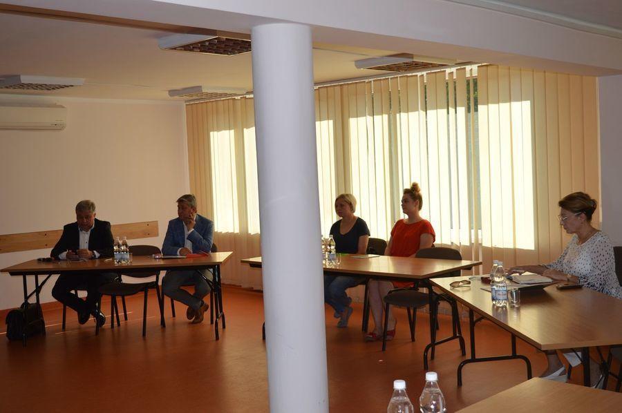 Na zdjęciu pięć osób dwóch mężczyzn i trzy kobiety siedzące