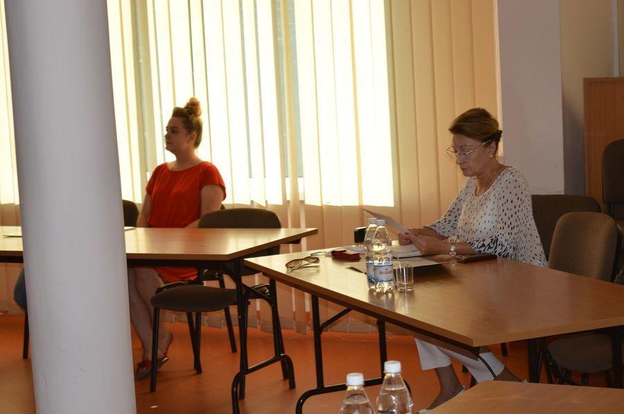 Za zdjęciu dwie siedzące kobiety