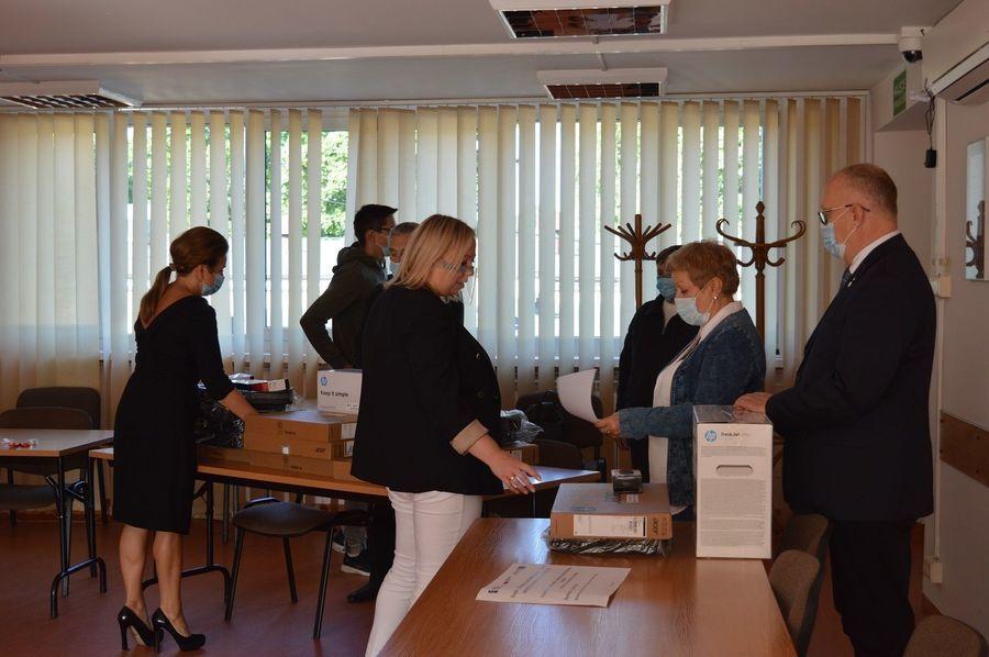 Grupa osób przy sprzęcie komputerowym