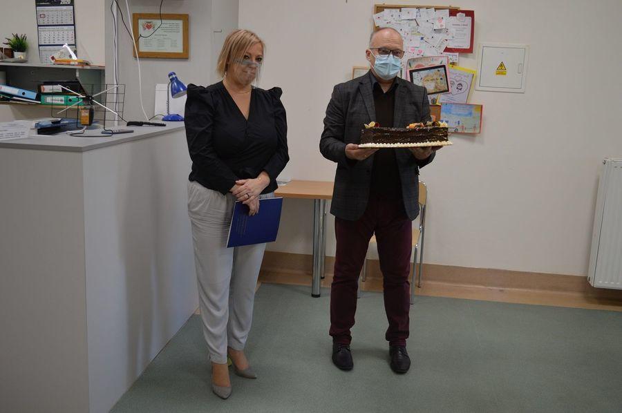 Dwie osoby stoją na zdjęciu