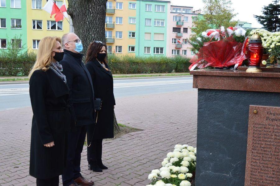 """Składanie wiązanek i symboliczne zapalenie zniczy pod pomnikiem """"Bojownikom o Wolność Ojczyzny"""""""