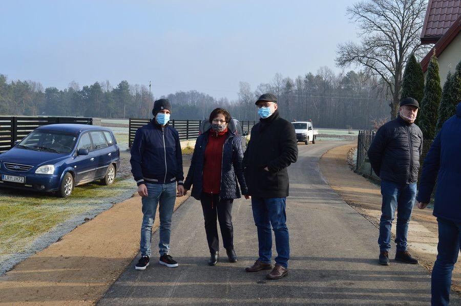 Zdjęcie uczestników odebrania zmodernizowanej drogi