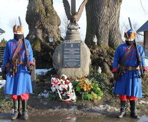 członkowie Stowarzyszenia występujący  w historycznych strojach przed pomnikiem