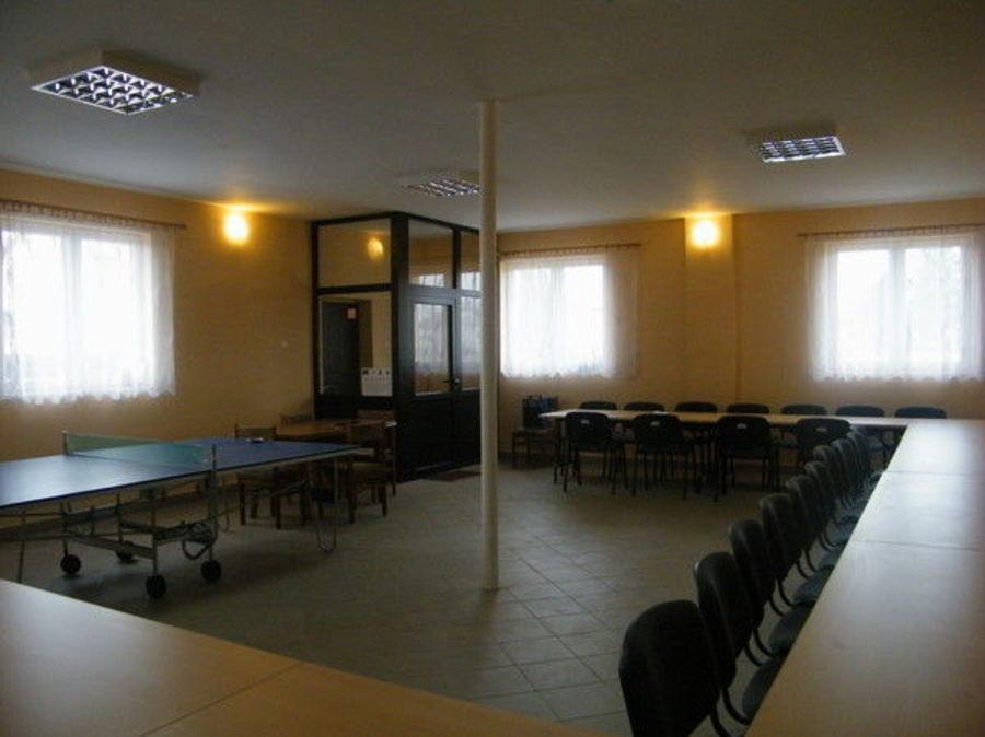 Świetlica wyposażona została w stoły (8 sztuk) i krzesła (40 sztuk).