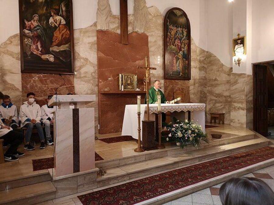 Ksiądx odprawiający mszę