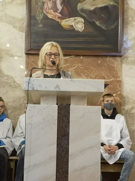 Kobieta przy mikrofonie na mszy