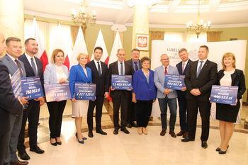 Podpisanie umów na dofinansowanie kolejnych projektów przebudowy 3 dróg gminnych