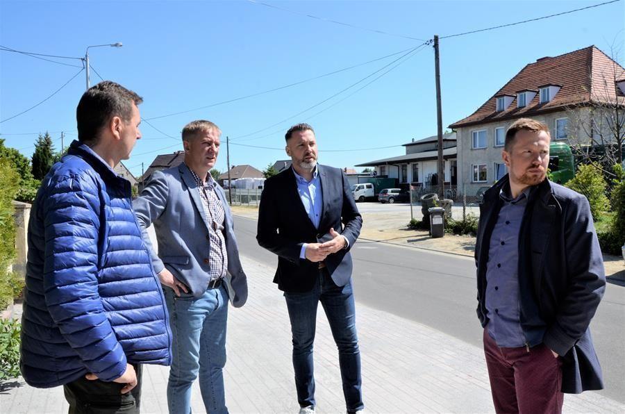 Czterech mężczyzn na chodniku