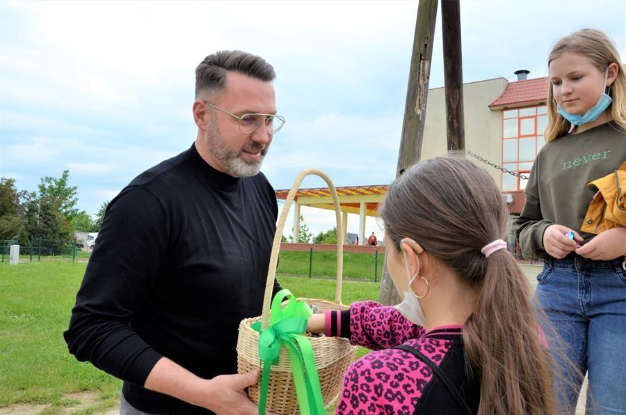 Wręczenie prezentów podczas dnia dziecka GCKiS