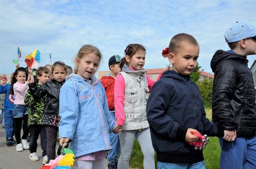 Dzieci  z opiekunami na spacerze