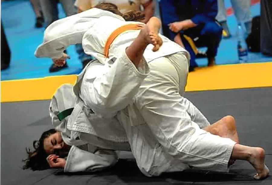 mieszkanka podczas treningu judo