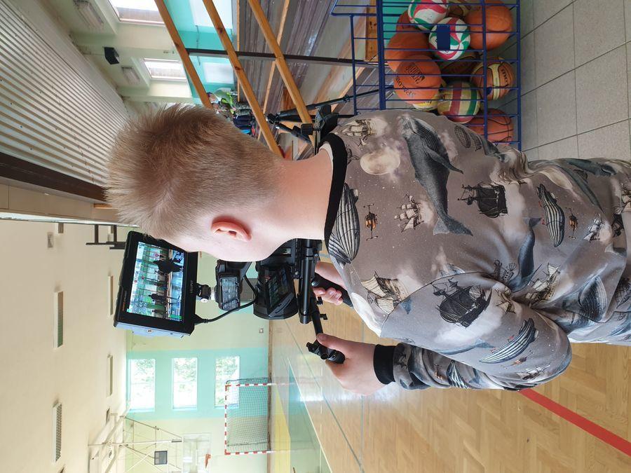 Uczeń utrwala na kamerze przebieg festynu