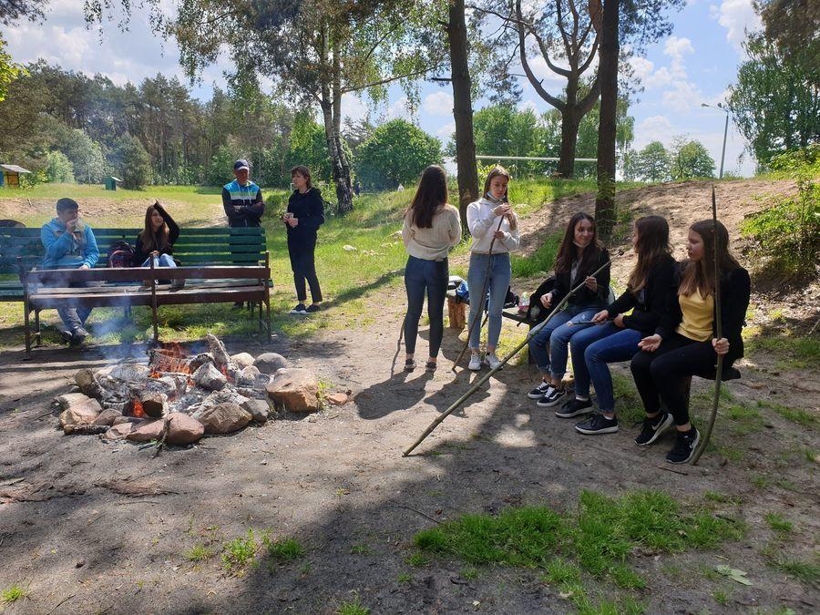 Uczniowie przygotowują przekąski przy ognisku