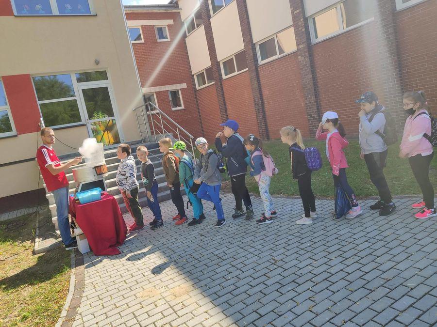 Uczniowie w kolejce po watę cukrową