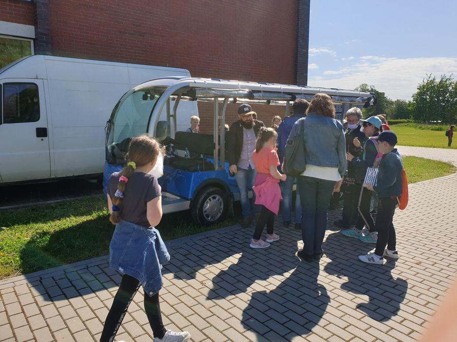 Uczniowie przygotowują się do przejażdżki meleksem