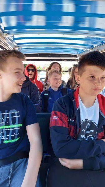 Uczniowie podczas przejażdżki meleksem