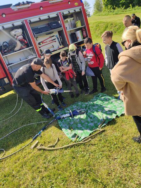 Uczniowie uczestniczą w pokazie pierwszej pomocy