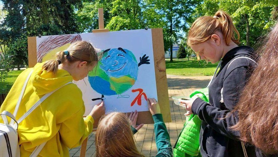 Uczniowie wykonują plakat z cytatem Janusza Korczaka