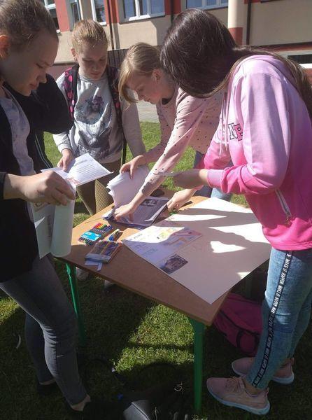 Uczniowie wykonują plakat o patronie