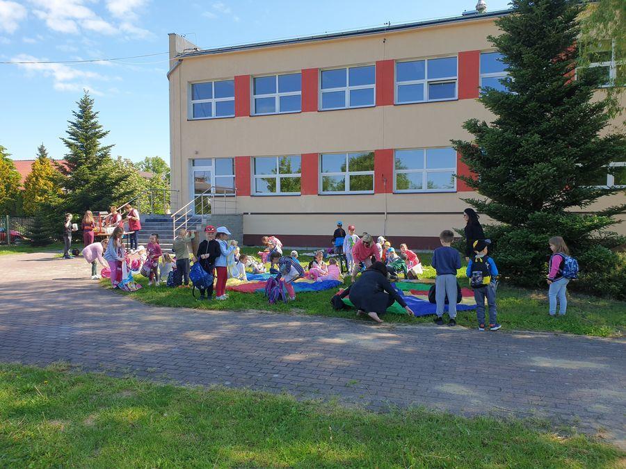Dzieci z oddziałów przedszkolnych piknikują