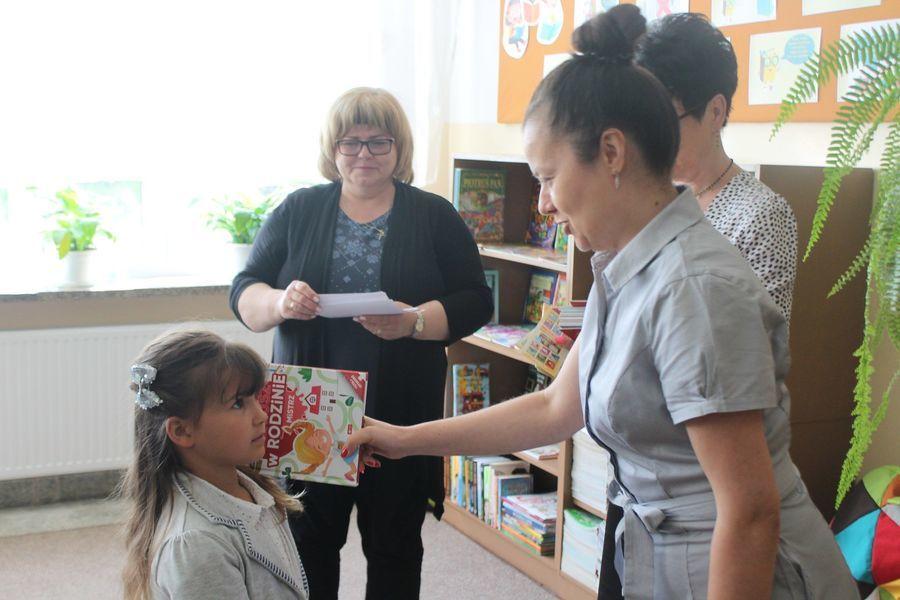 Pani Dyrektor pasuje ucznia na czytelnika