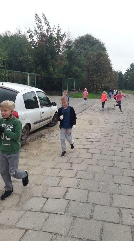 Dzieci podczas akcji sprzątania