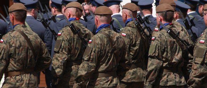 Wykadrowana grafika przedstawiająca żołnierzy wojska polskiego