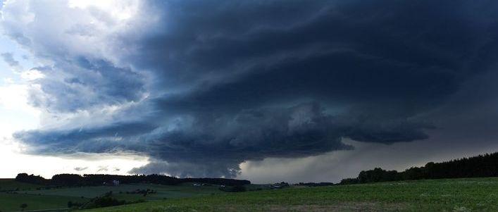 Prognoza niebezpiecznych zjawisk meteorologicznych- grafika ogólna, ciemne chmury