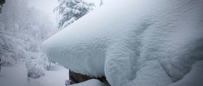 Dach z dużą ilością śniegu